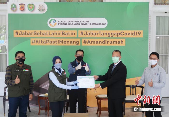 图为中国中铁印尼雅万项目经理部向印尼西爪哇省政府捐赠生活物资和防疫口罩。 沈超 摄