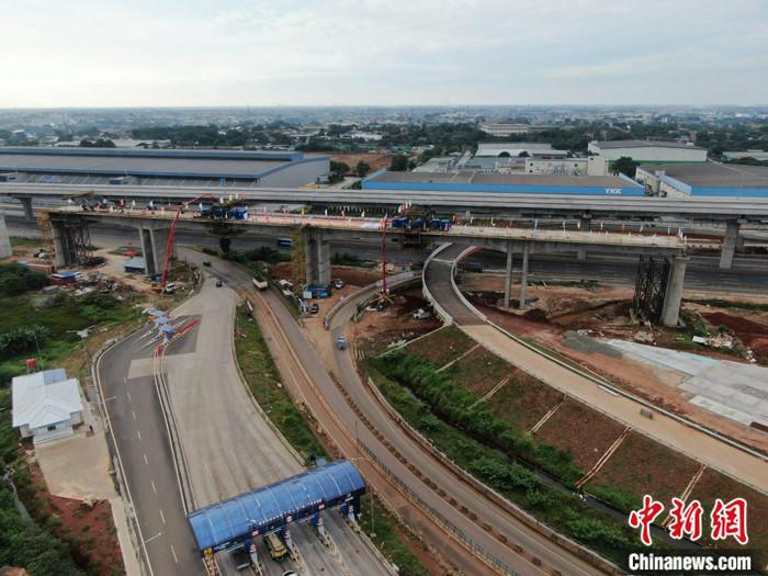 資料圖為5月10日,印尼雅萬高鐵2號特大橋多跨剛構連續梁順利合龍。 中新社記者 林永傳 攝