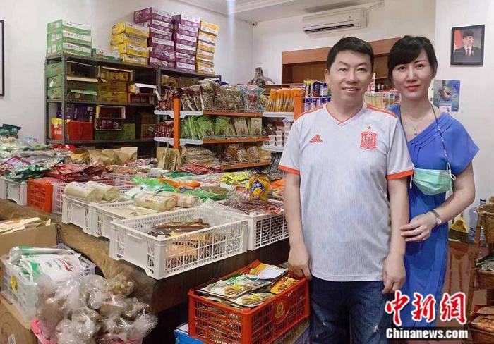 图为何文生与中国妻子在金马超市。叶露 摄