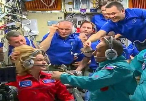 太空拍电影啥感觉?全球首部太空电影的摄制组返回地球了