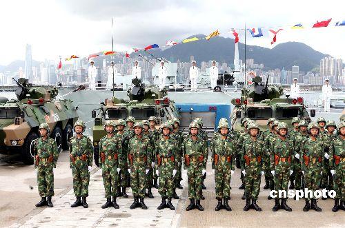 驻港部队官兵严整军容列队等候胡锦涛主席检阅