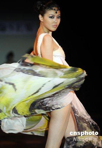 圖為模特展示中國著名服裝設計師劉薇最新創作的時裝作品.