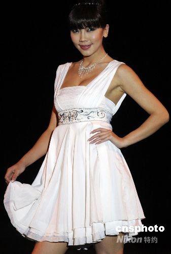 图:中国服装设计师作品迪拜展示风采