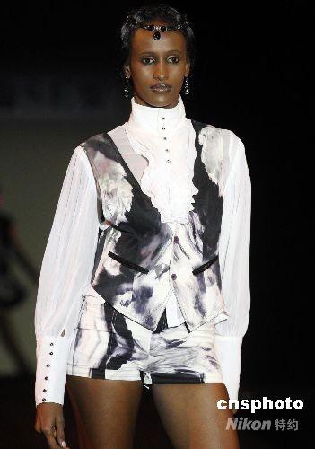 图:中国服装设计师作品迪拜展示风采(2)