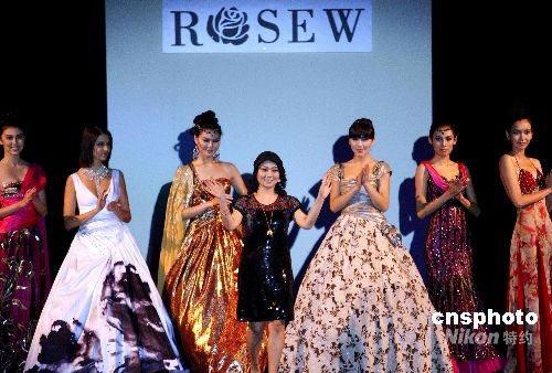 图:中国服装设计师作品迪拜展示风采(3)