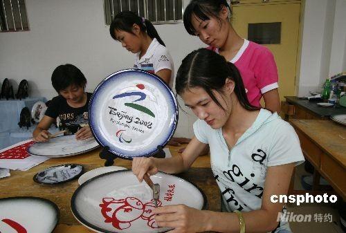 中国聋哑和日本_图:聋哑学生精心雕刻吉祥物祝福残奥会
