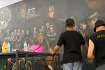 泰国艺术家画13米长画 纪念救援少年足球队行动