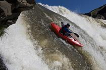 德国皮划艇选手挑战从30米高瀑布一冲而下