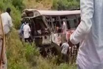 印度一辆客车跌落山谷