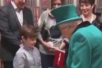 被英女王接见 小男孩不知所措