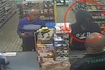 顾客面对抢劫淡定看报纸