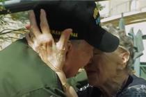 相隔75年 二战老兵与昔日恋人相拥相吻