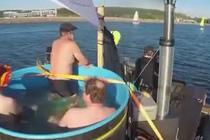 """芬兰探险者乘自制浴缸船海上""""漂流"""""""