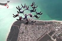 15名女跳伞者高空跳伞打破纪录