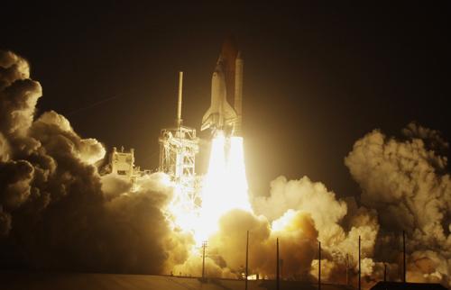 返航一度受阻(图) 美国发现号航天飞机成功与国际空间站对接(图)  &nb