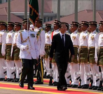 温家宝出席马来西亚总理纳吉布举行的欢迎仪式