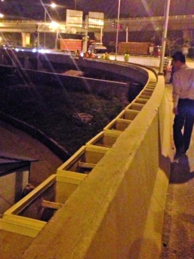 南京一高架桥上1700个绿化花箱一夜之间被拆