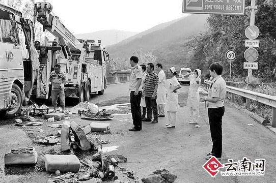 云南一旅游大巴侧翻26人伤重伤人员生命体征平稳
