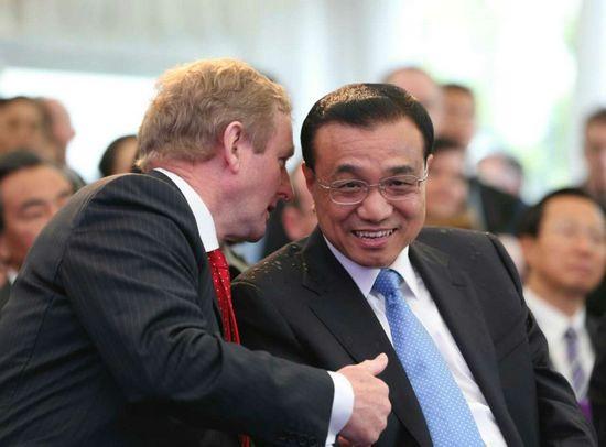 李克强与爱尔兰总理肯尼共同参观农场