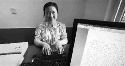 记录盲人高考:一名老师读题几名老师记录答案