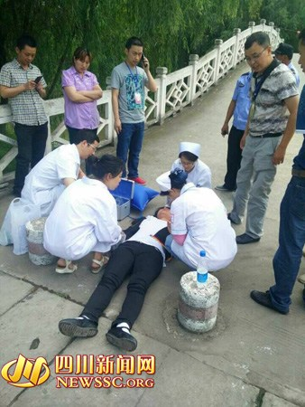 巴中两名考生考场晕倒一女学生打点滴完成考试