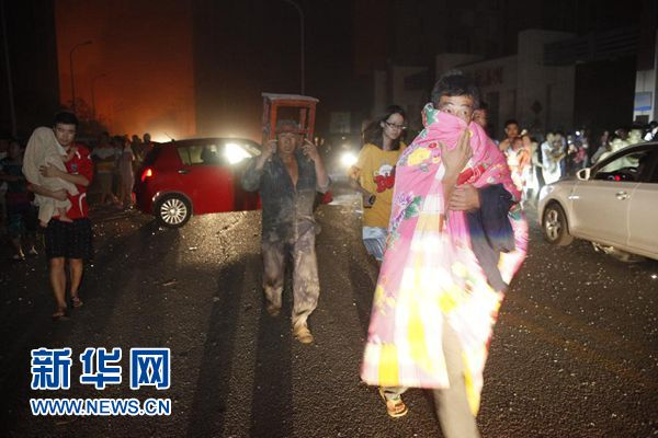 天津滨海新区深夜发生剧烈爆炸烟尘高达数十米