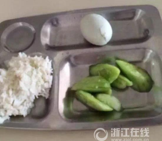 小学被曝学生餐只有黄瓜咸蛋学校回应:停电闹的