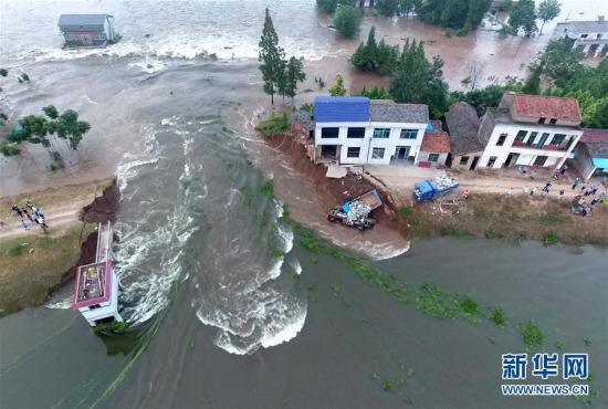 湖南华容县溃口数万人转移10辆卡车冲下堤坝堵溃口