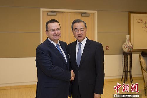 王毅会见塞尔维亚第一副总理兼外长达契奇