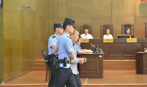 为了报复?男子杀害狱警、刺伤法官被判...