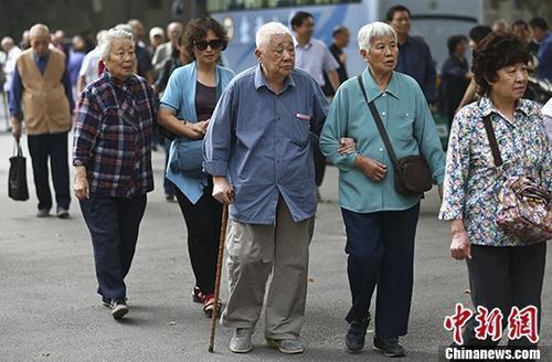 圖為南京一所高校的退休教師們參加活動的資料照片。 中新社記者 泱波 攝