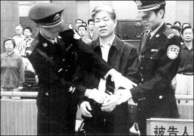 透视高官腐败:枕边风、儿女情长已成堕落导火