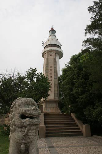 灯塔已成为烟台山上的标志性建筑.