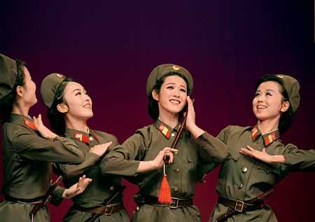 朝鲜人民军协奏团女兵印象:学习中国同行化妆