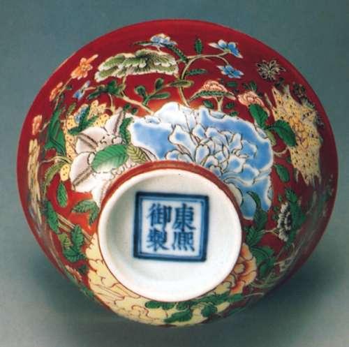 附图为康熙时精造的珐琅彩瓷碗,就是以牡丹花为主,其它年花
