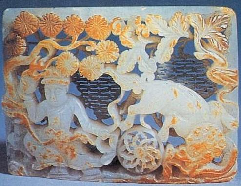 白玉带板(故宫藏品),主要采用镂刻(透雕)手法;上层雕的柞树和松球,富