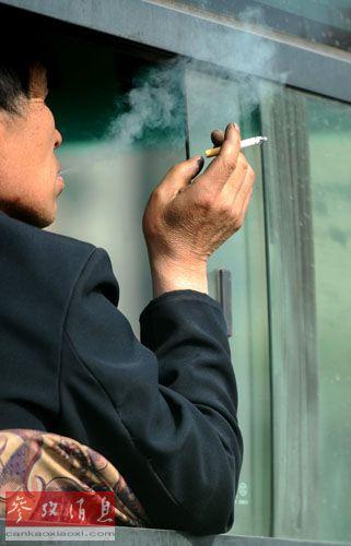 山西省 太原市 室内/资料图片:2011年5月1日,在山西省太原市,一名乘客在公交车上...