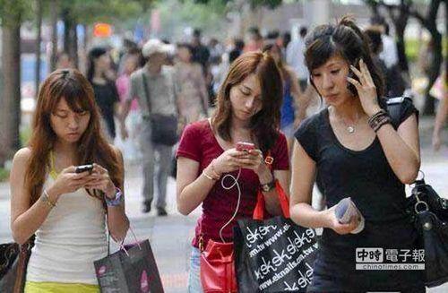 中国时报:低头成瘾丧失面对面沟通能力