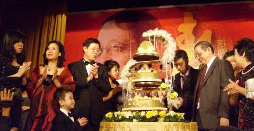 林吉祥/林吉祥和家人共切70岁生日蛋糕。(马来西亚《光明日报》)