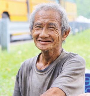 老伯图片_大马72岁华裔老伯以路边草地为家 马华关注(图)——中新网