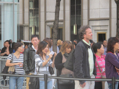 iPhone5美国纽约开卖店员笑称年终红利靠华人