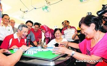 """新加坡总理与华裔居民打麻将以""""对对和""""获胜"""