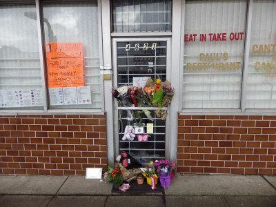 蓝可儿父母经营餐厅仍关门民众门前送花表悼念