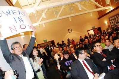 住址遭质疑美国圣市华裔议员就职礼上宣誓被暂停