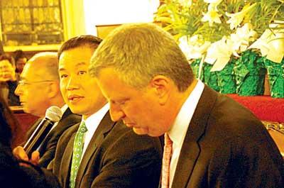 纽约市长参选人辩论刘醇逸政见获听众起立鼓掌
