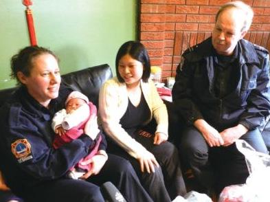 霍慧丝/协助接生的女消防员霍慧丝(左)抱着小雨欣。(加拿大《星岛...