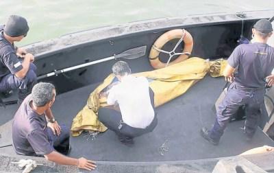 水手 中国籍/红土坎海事执法人员从海上捞起的中国籍水手尸体运到红土坎码头...