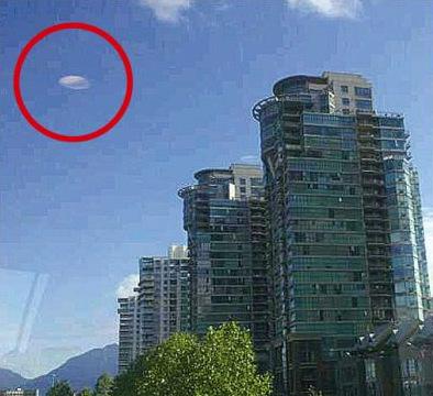 加华裔女子上班途中手机拍下疑似UFO飞行物(图)