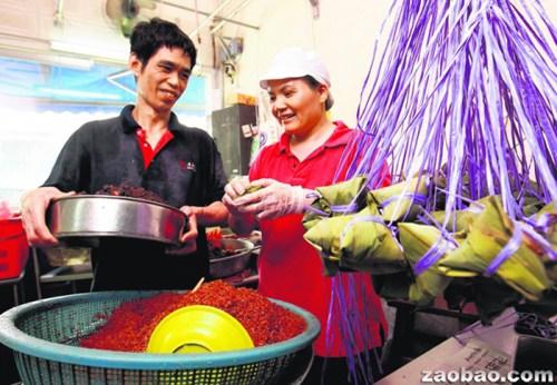 华人夫妇打造新加坡老字号粽子口味多备受欢迎