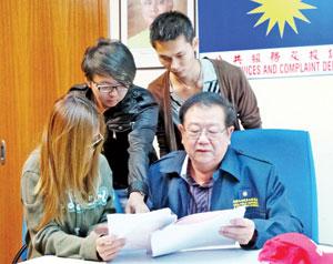 女生 张天赐/黄小姐(前排左)出示摄影师的恐吓邮件予张天赐,后排为其友人...